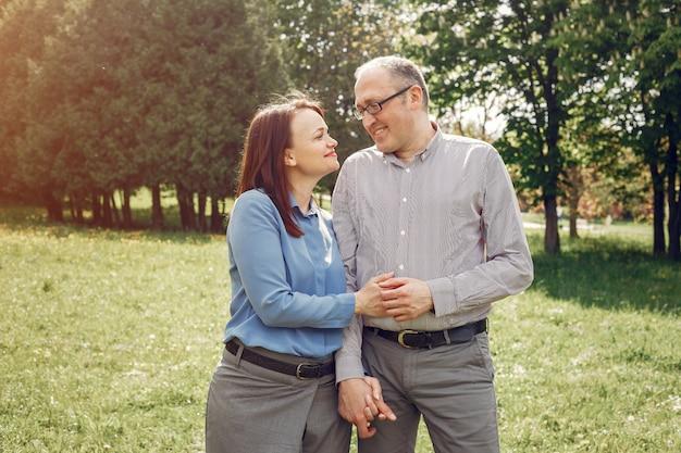夏の森の美しい大人のカップル