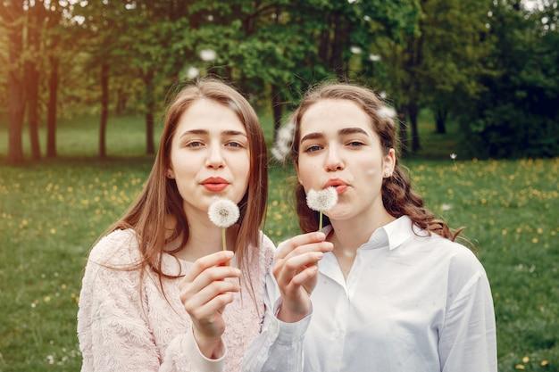 春の公園でエレガントでスタイリッシュな姉妹