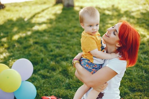 夏の公園で遊ぶ息子と母