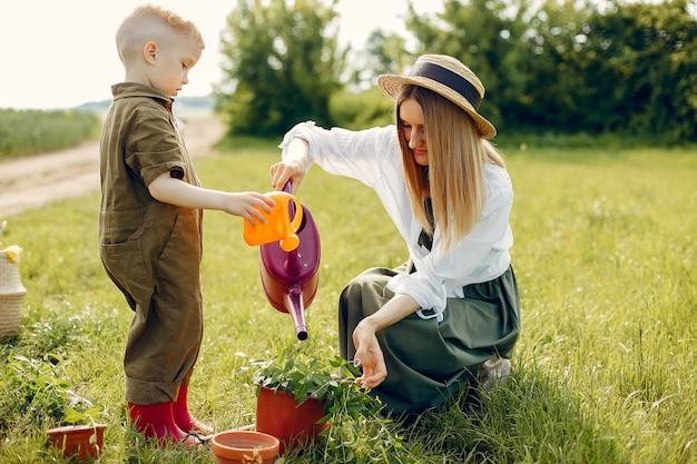 夏の畑で幼い息子と美しい母