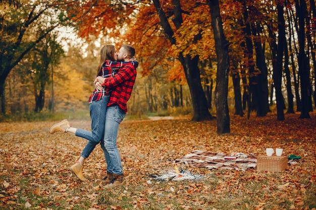 Элегантная пара проводит время в осеннем парке