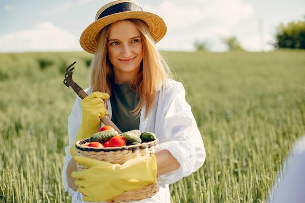 夏の畑で美しい女性