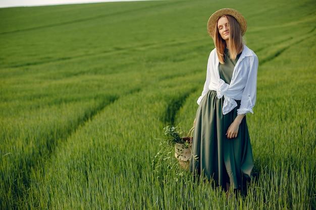 夏の畑でエレガントでスタイリッシュな女の子