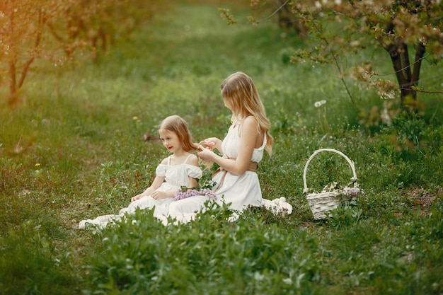 春の公園でキュートでスタイリッシュな家族