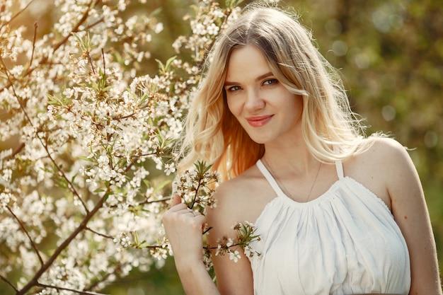 春の公園でエレガントでスタイリッシュな女の子