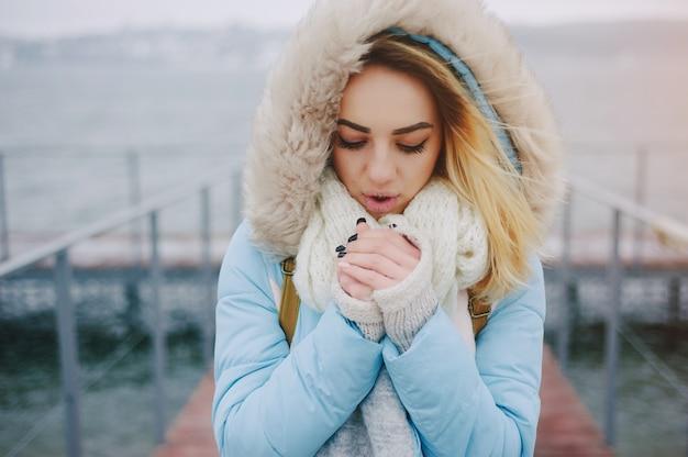 青い背景のファッション魅力的なライフスタイル