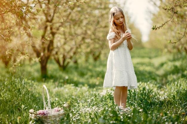 Милая маленькая девочка в парке весны