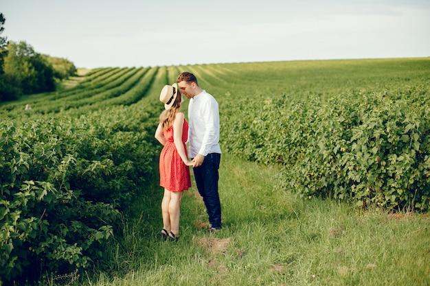 美しいカップルがフィールドで時間を過ごす
