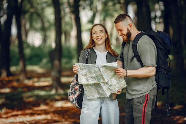かわいいカップルが森で休憩