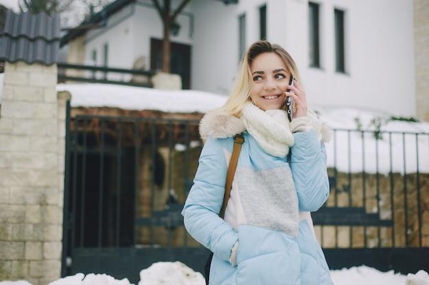ライフスタイルの自然の美しいモデルの冬