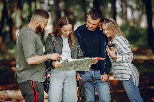 Четверо друзей отдыхают в лесу