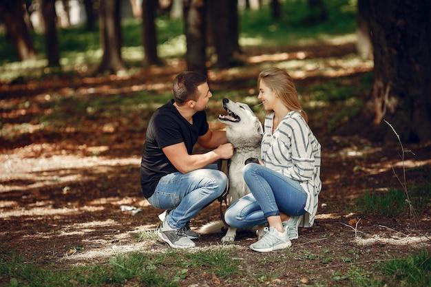 Красивая пара проводит время в лесу