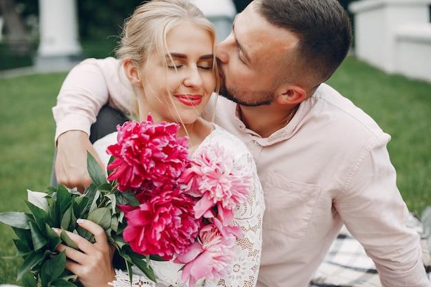 Красивая пара проводит время в летнем саду