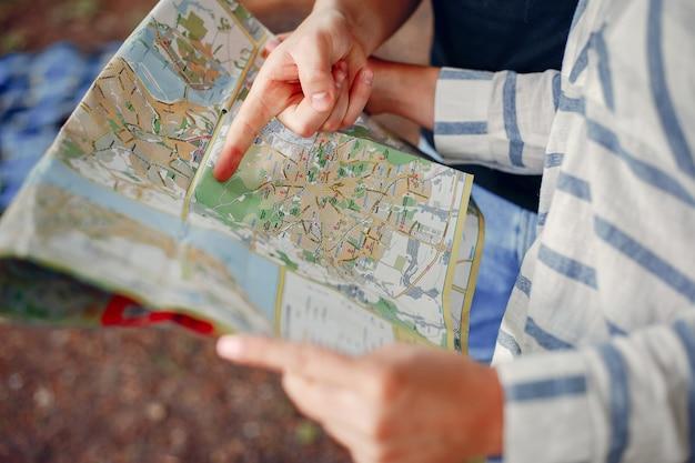 かわいいカップルが地図で運命を検索