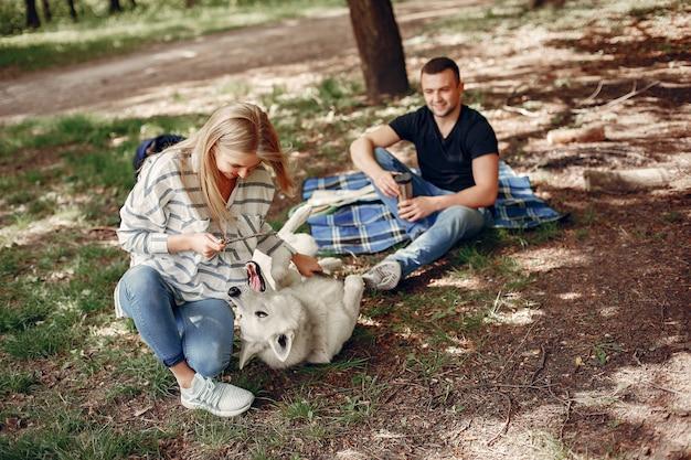 美しいカップルが森で時間を過ごす