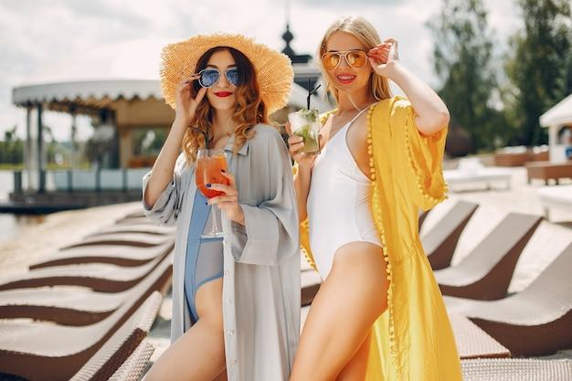 Две элегантные девушки на курорте