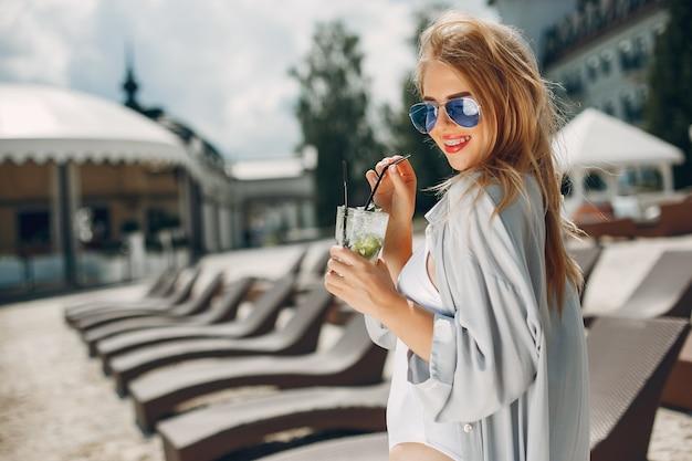 リゾートの美しくエレガントな女の子