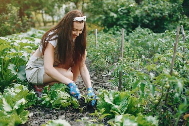Красивая женщина работает в саду
