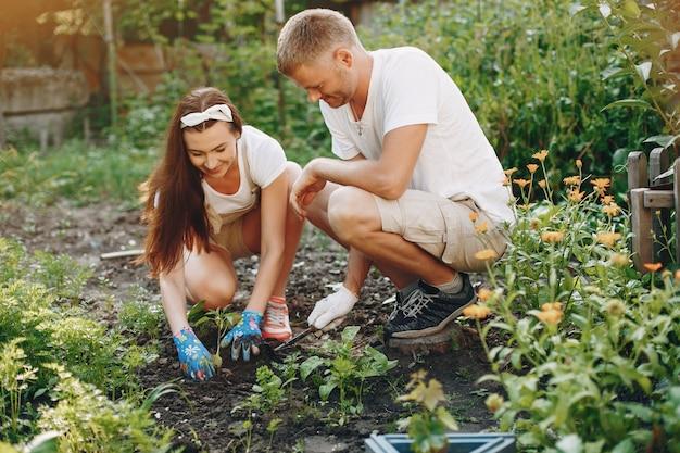 庭で働く美しいカップル