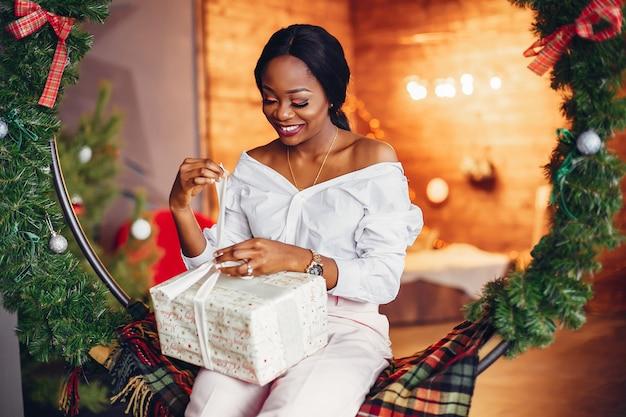 クリスマスの装飾でエレガントな黒の女の子
