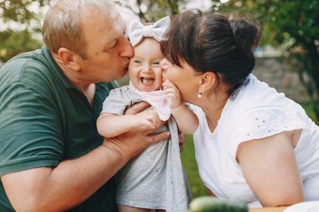 庭で遊ぶ娘と家族