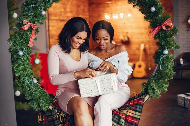 Элегантные черные девушки в новогодних украшениях