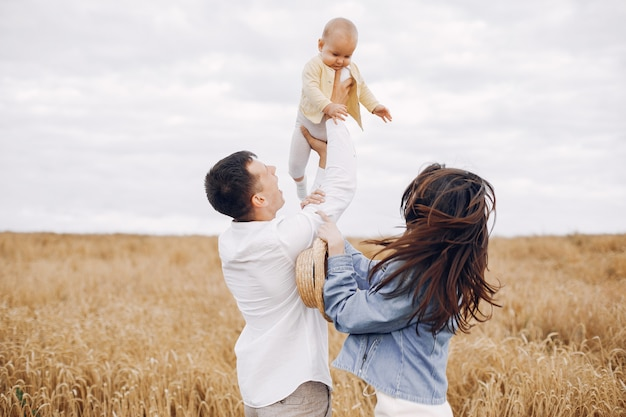 秋のフィールドで遊ぶかわいい家族