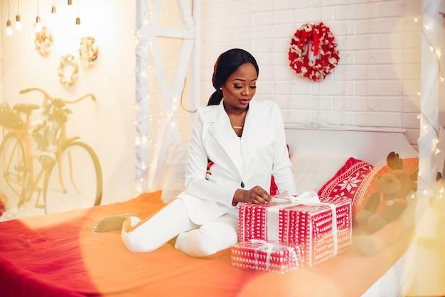 クリスマス装飾の部屋でエレガントな黒の女の子