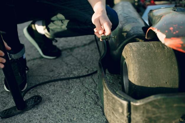 Человек ремонтирует картинг автомобиль