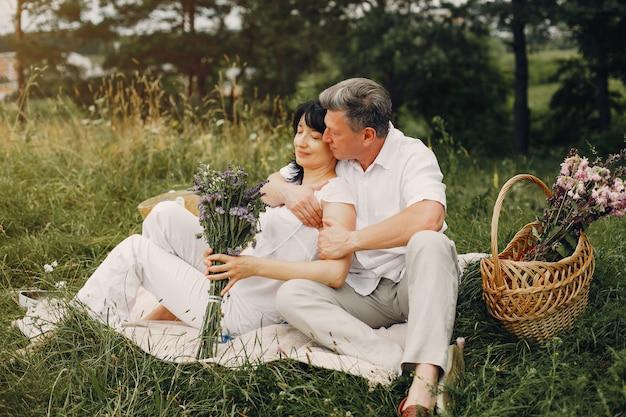 Красивая пара взрослых проводит время в летнем поле
