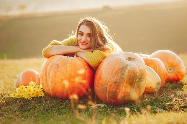 かわいい女の子は、秋の公園で休憩