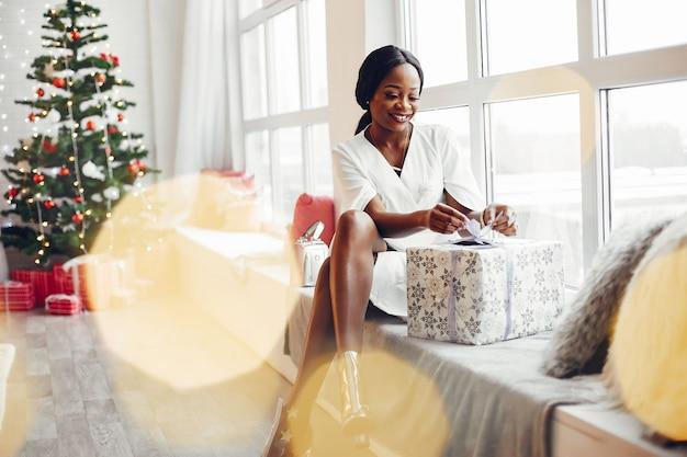 クリスマスの部屋でエレガントな黒の女の子