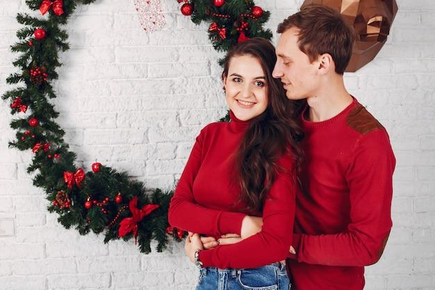 クリスマスツリーの近くに自宅でかわいい家族