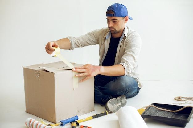 ハンサムな男は部屋を修理します