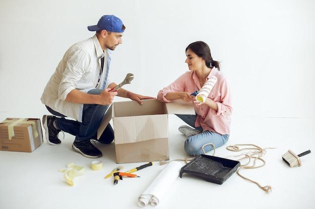 Молодая и милая семья ремонтирует комнату