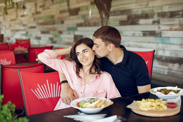 夏のカフェに座っている美しいカップル