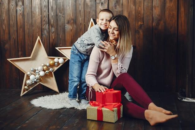 クリスマスを祝うかわいい息子を持つ母