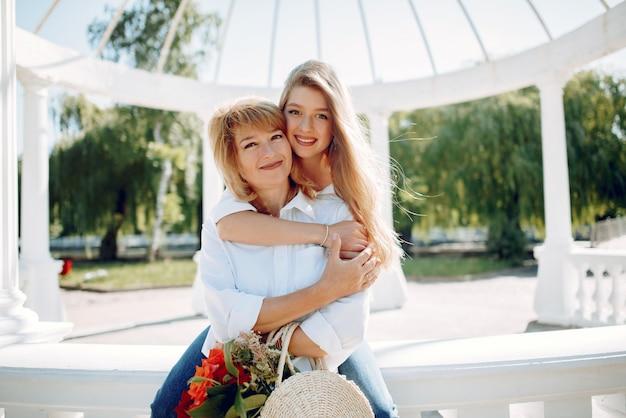 夏の公園で若い娘を持つ母