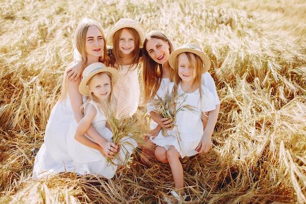 秋のフィールドで遊ぶ娘を持つ母親