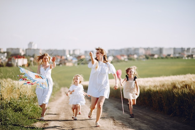 Матери с дочерьми играют в осеннем поле
