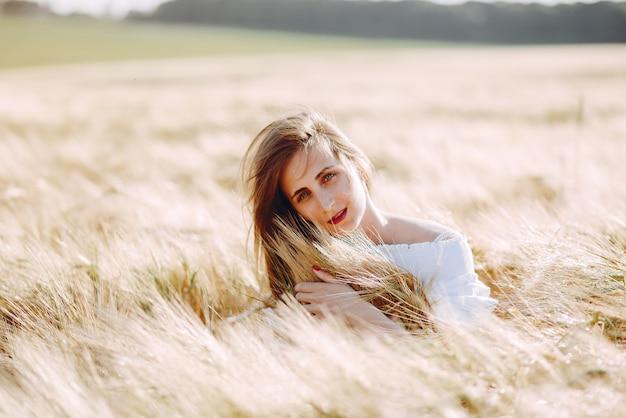 秋のフィールドで美しい少女
