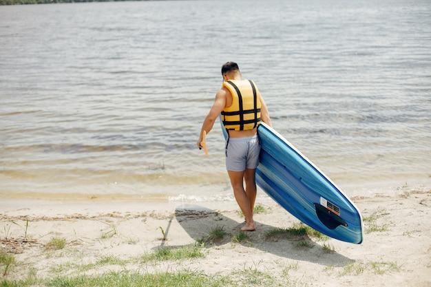 夏のビーチでサーファー