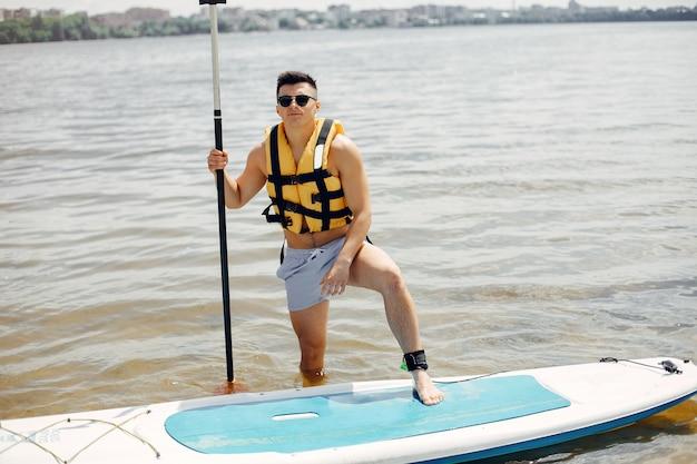 Серфер на летнем пляже