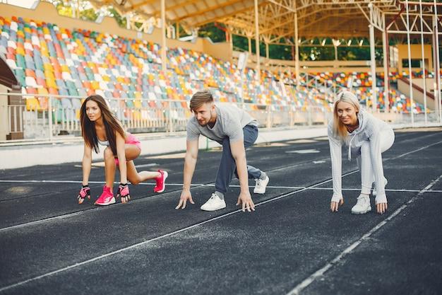 スタジアムでトレーニングするスポーツの人々