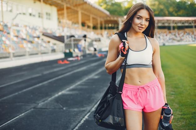 Спортивная тренировка девушки на стадионе