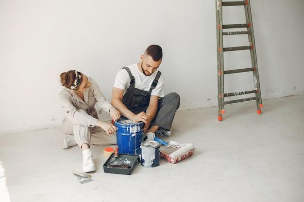 若くてかわいいカップルが部屋を修理します