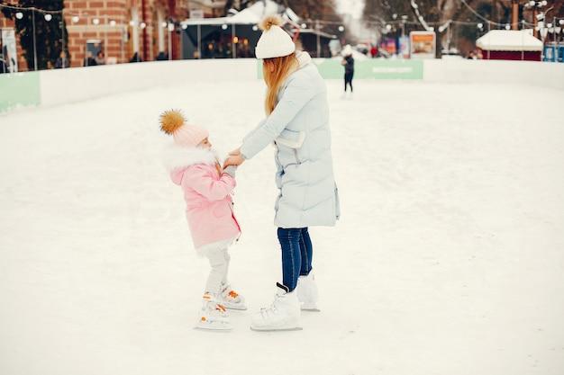 冬の街でキュートで美しい家族