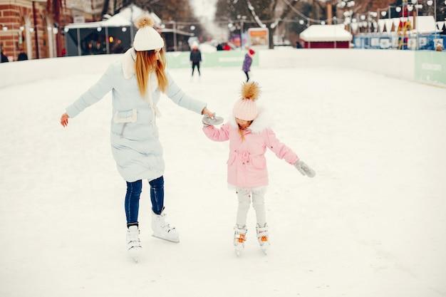 Милая и красивая семья в зимнем городе