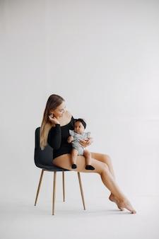 かわいい小さな娘とエレガントな母