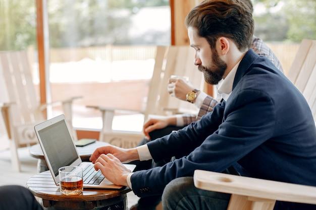 Два бизнесмена, работающие в офисе